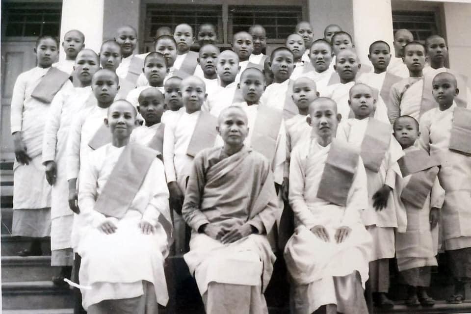 Tu nữ Nam Tông đầu tiên nước Việt - Ni trưởng Diệu Đáng là vị ni bên phải hàng đầu tiên, ảnh ni trưởng và ni chúng tu nữ ở Sagaing năm 1960.jpg (59996 KB)