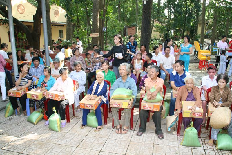 Chùa Bửu Quang - buu quang-22-phát quà từ thiện năm 2014-3.jpg (626627 KB)