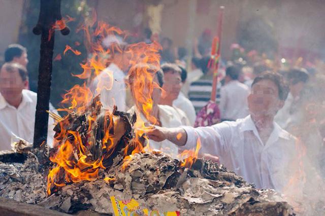 Người dân đốt vàng mã tại một chùa ở Bình Dương