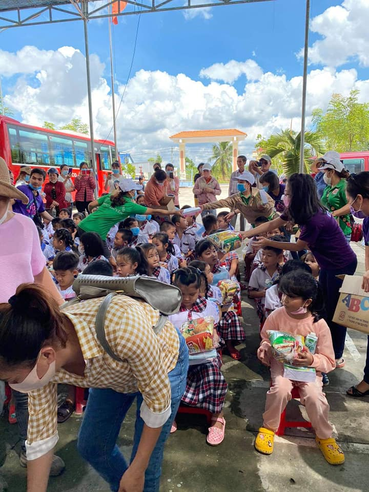 Nhóm thiện nguyện Phúc Duyên và Hồn Nhiên phát quà từ thiện tại Thiền viện Thiện Minh - 3.jpg (111667 KB)