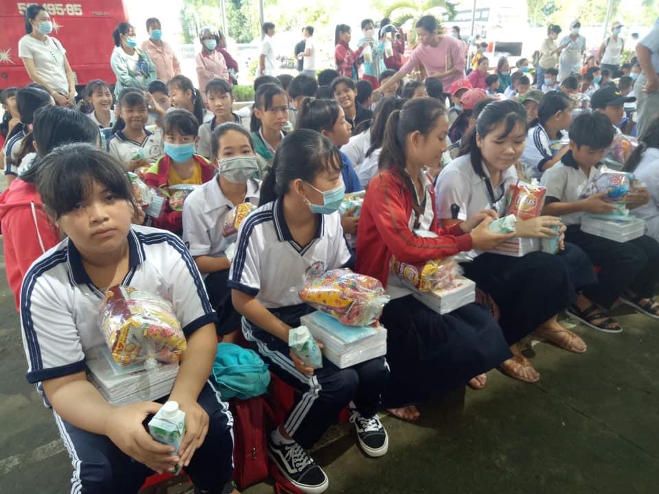 Nhóm thiện nguyện Phúc Duyên và Hồn Nhiên phát quà từ thiện tại Thiền viện Thiện Minh - 3a.jpg (86730 KB)