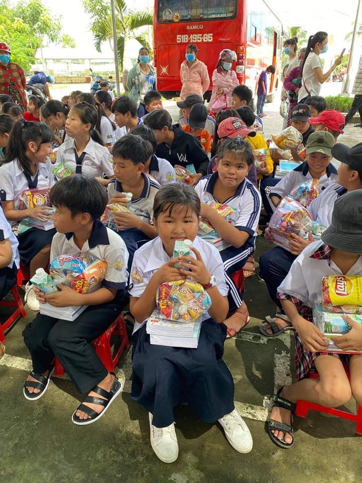 Nhóm thiện nguyện Phúc Duyên và Hồn Nhiên phát quà từ thiện tại Thiền viện Thiện Minh - 4.jpg (120460 KB)