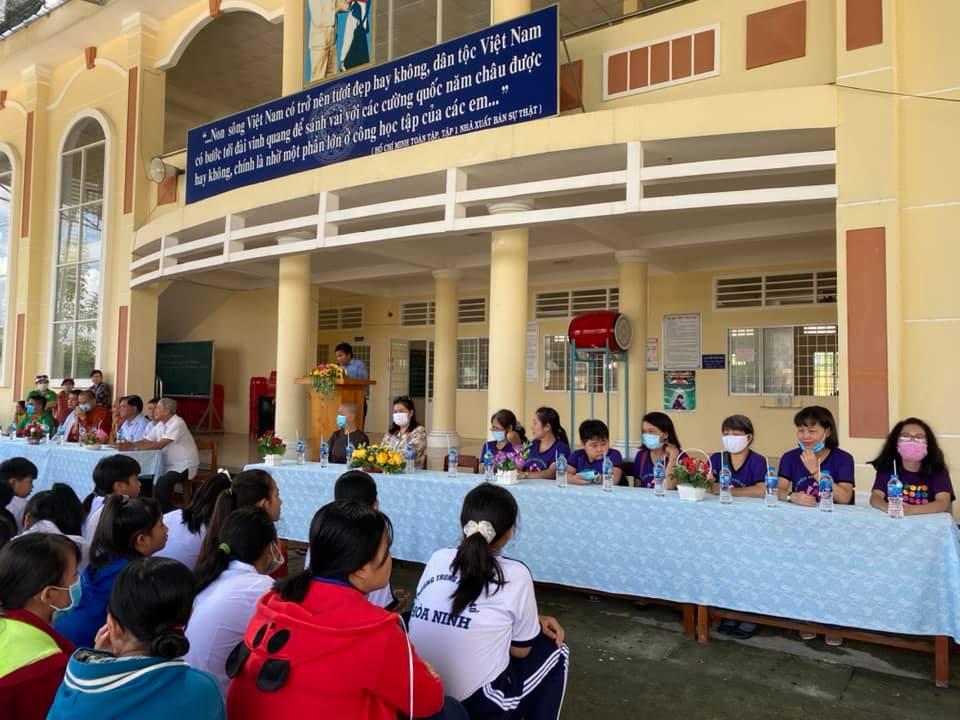 Nhóm thiện nguyện Phúc Duyên và Hồn Nhiên phát quà từ thiện tại Thiền viện Thiện Minh - 4a.jpg (93428 KB)