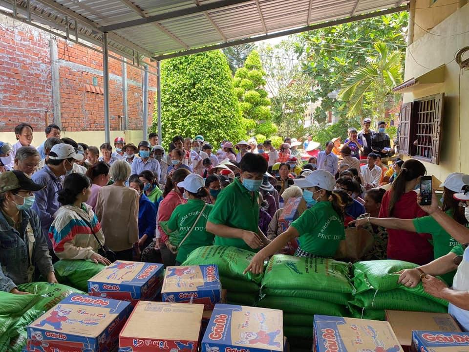 Nhóm thiện nguyện Phúc Duyên và Hồn Nhiên phát quà từ thiện tại Thiền viện Thiện Minh - 8.jpg (139691 KB)