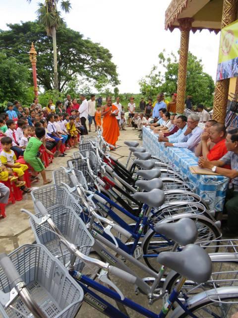 Các Học sinh nghèo 4 trường nhận xe đạp