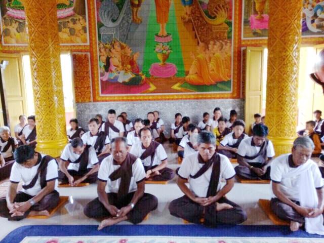 Phật tử chùa Cosđôn được hướng dẫn hành thiền ngày thọ bát
