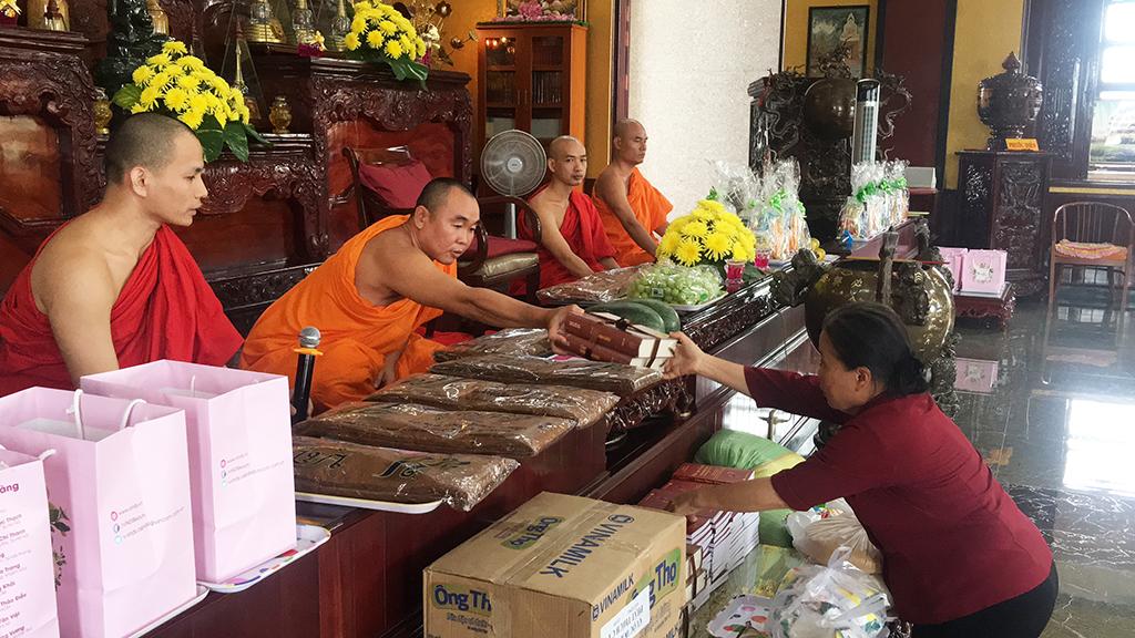 Phái đoàn chùa Bửu Quang thăm và cúng dường trường hạ năm 2018 - truong-ha-giac-quang-2.jpg (632401 KB)