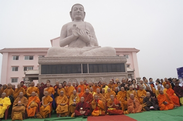 Các Chư tăng và Phật tử dưới pho tượng Phật chuyển pháp luân cao 18m ở chùa Đại Lộc.