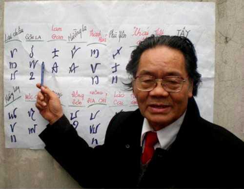 Ông giáo già Đỗ Văn Xuyền giảng giải về chữ Việt cổ (Ảnh: nhân vật cung cấp).