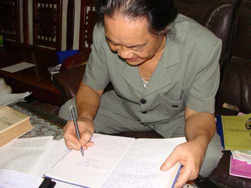 Giờ đây, ông giáo Xuyền ít sử dụng chữ Quốc ngữ, mà toàn sử dụng chữ Việt cổ vào công việc ghi chép, sáng tác.