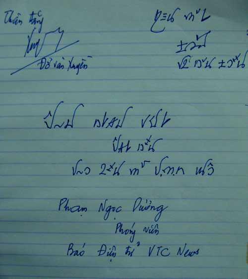 Ông Xuyền viết tặng phóng viên bằng chữ Việt cổ.