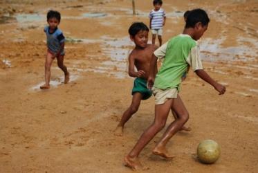 Những đứa trẻ đá bóng