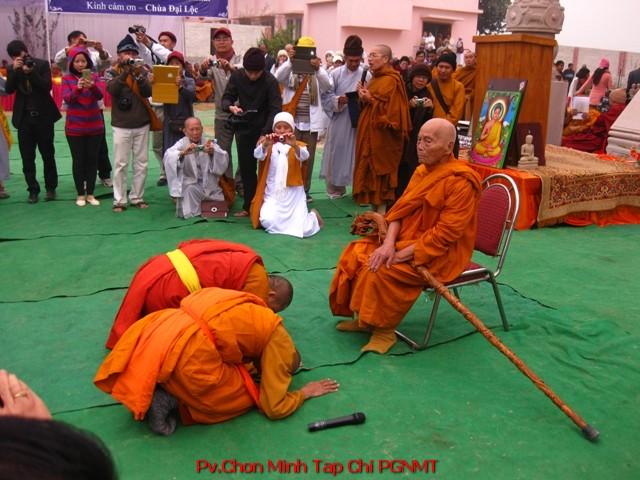 Nhị vị Tăng Trẻ lạy tạ Trưởng Lão Thích Trì Giới (101t) đa tạ lời sách tấn trong việc xây dựng chùa Đại Lộc